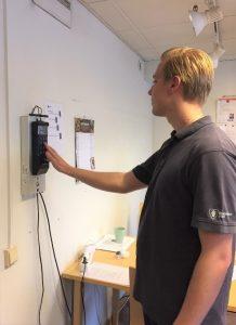 Personal Oskar Wihrén testar sina digitala nycklar.