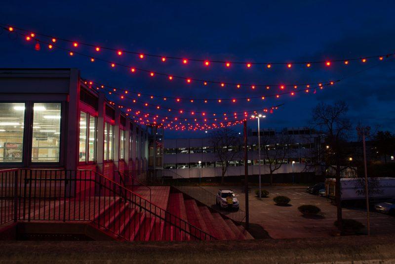 Bild på lysande röda ljusslingor