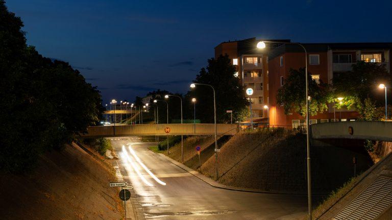 Bild på lysande trafik lyktstolpar