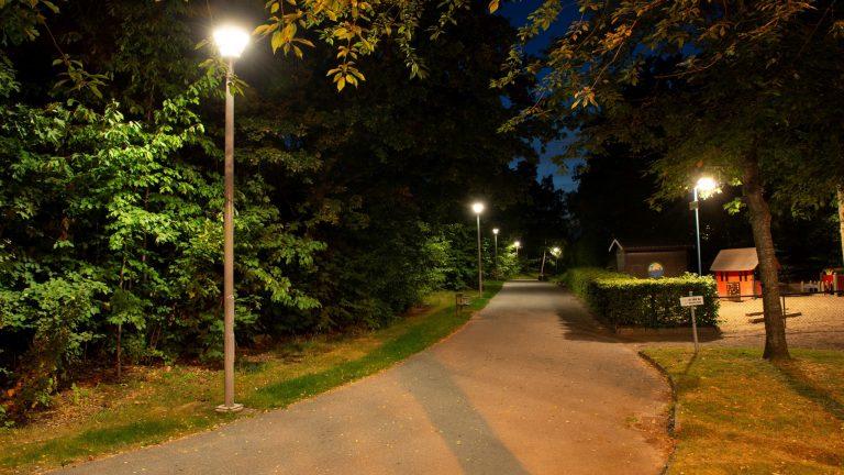 Bild på lysande lyktstolpar i park